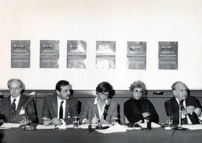 Conferenza stampa, presenti: Janiki Cingoli, Yasser Abed Rabbo, l'interprete Paolo Noseda, Shulamit Aloni, Aryeh Lova Eliav. La conferenza stampa fu il primo incontro pubblico tra israeliani e rappresentanti dell'OLP, in rottura con la legge israeliana