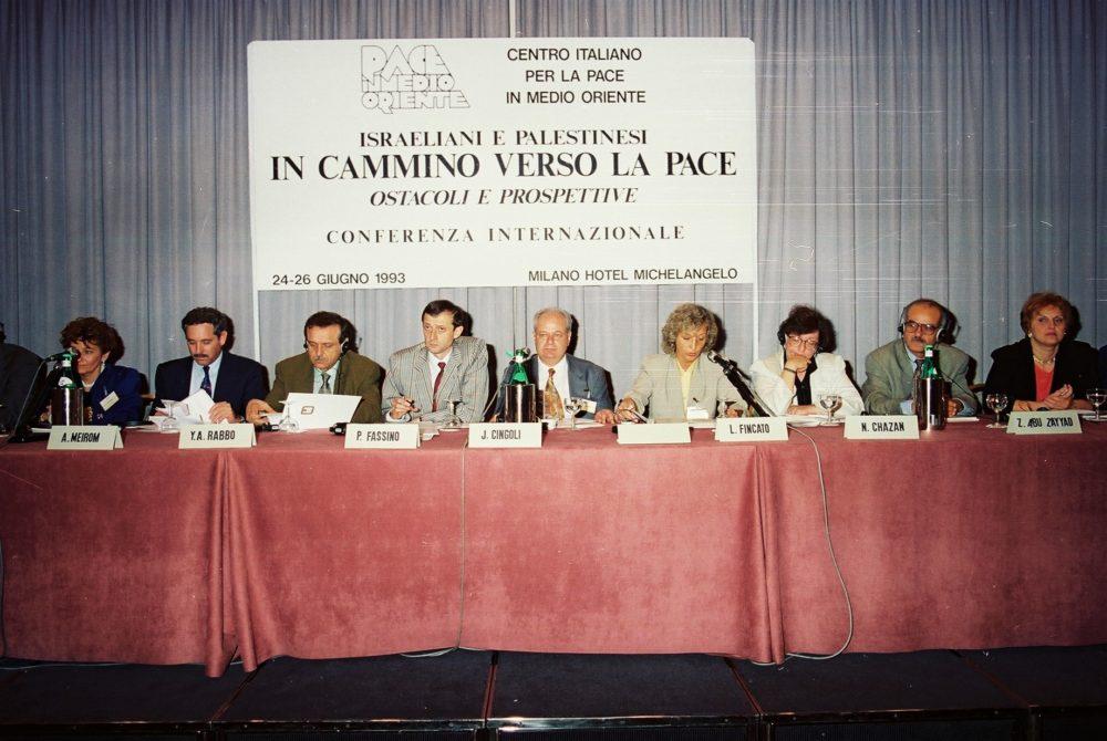 """Convegno Internazionale. """"Israeliani e palestinesi: in cammino verso la pace"""". 24 giugno 1993, Milano. Da sinistra, tra gli altri: Hagai Meron, Yasser Abed Rabbo, Piero Fassino, Janiki Cingoli, Naomi Hazan, Ziad Abu Zayyad."""