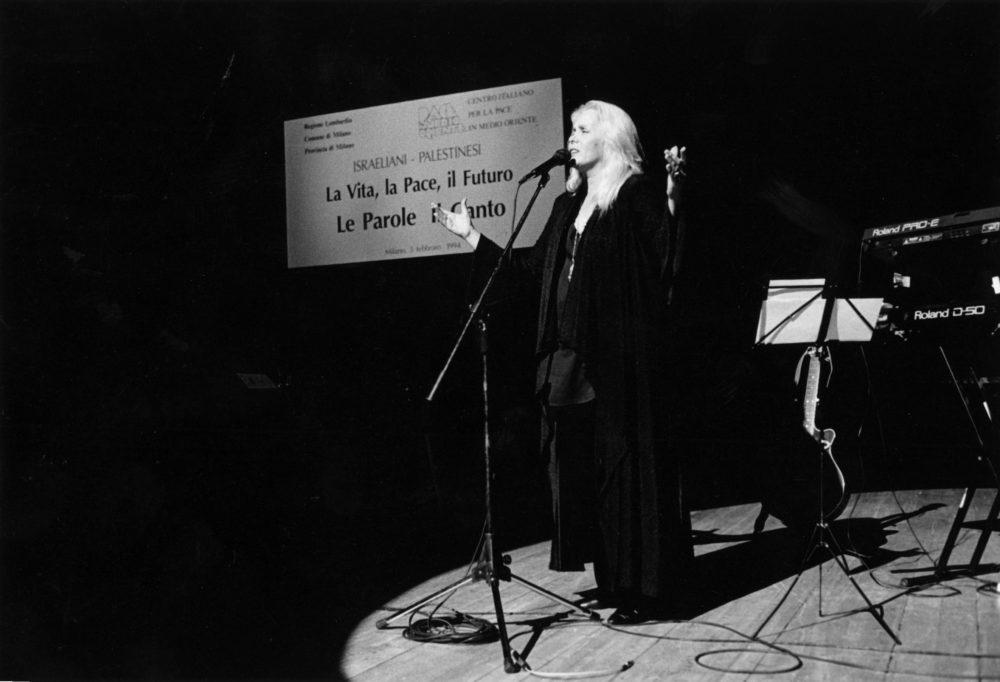 """Celebrazione degli Accordi di Washington. Milano, avvenimento al Piccolo Teatro """"Le parole e il Canto"""". Febbraio 1994. L'artista israeliana Miri Aloni."""