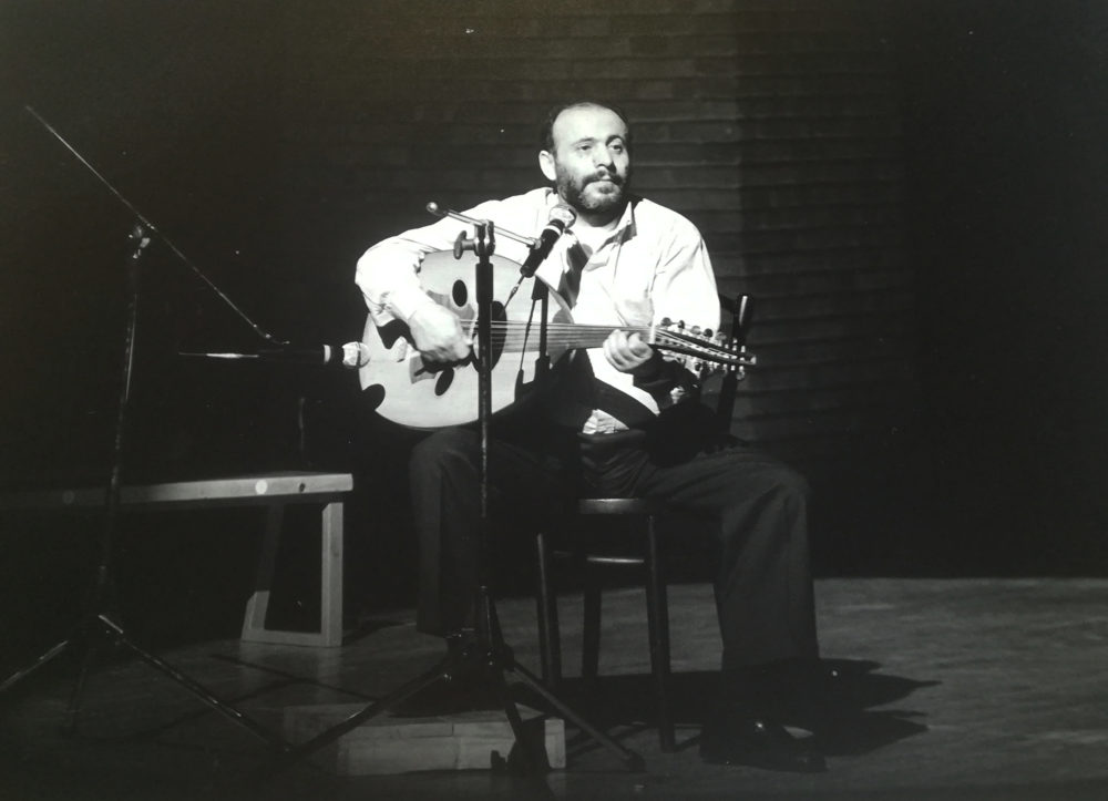 """Celebrazione degli Accordi di Washington. Milano, avvenimento al Piccolo Teatro """"Le parole e il Canto"""". Febbraio 1994. Il cantante palestinese  Mustafa Al-Kurd."""