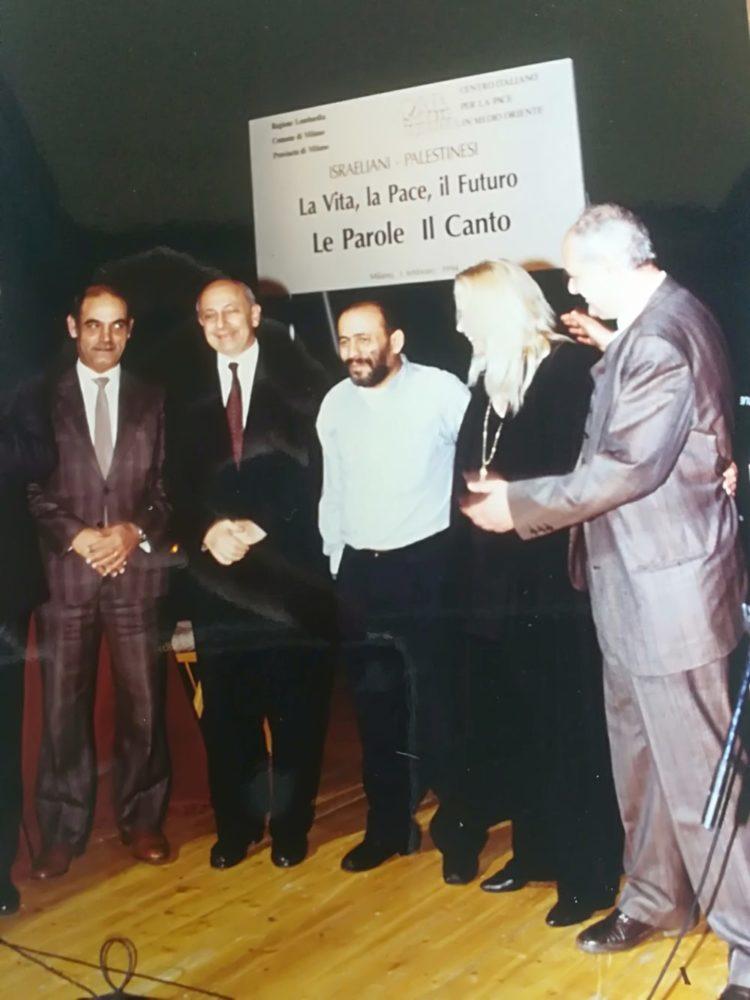 """Celebrazione degli Accordi di Washington.  Avvenimento al Piccolo Teatro  di Milano: """"Israeliani-palestinesi. Le parole e il canto"""". Febbraio 1994."""