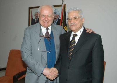 Missione del Sindaco Albertini in Medio Oriente, marzo 2006.  Janiki Cingoli  con il Presidente palestinese Mahmūd Abbās.