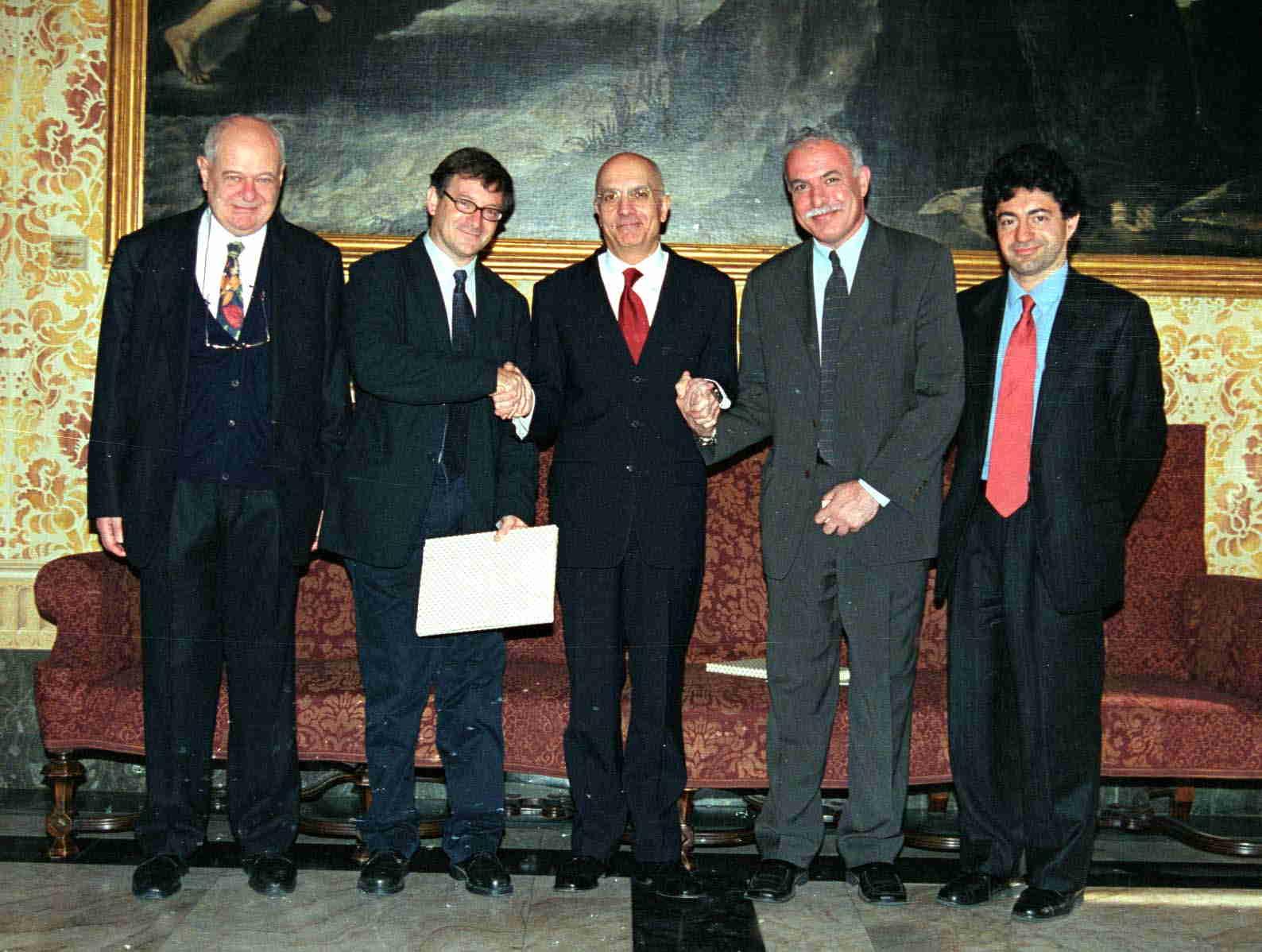 Il Sindaco Gabriele Albertini stringe la mano ai capi delegazione, Ron Pundak, direttore del Peres Center di Tel Aviv, e Riyad el-Malki, direttore del Panorama Center di Ramallah. Insieme a loro Janiki Cingoli e il Consigliere Luca Fratini del Ministero degli Affari Esteri.