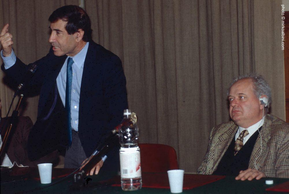 """Conferenza. """"Israele in Medio Oriente. Dinamiche e prospettive"""". 1995, Milano. Janiki Cingoli con Shlomo Ben Ami, Direttore del Centro Studi Internazionali Morris E. Curiel dell'Università di Tel Aviv"""