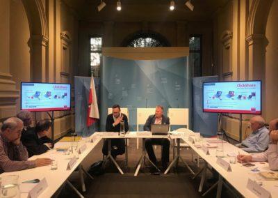 La delegazione incontra Paolo Lugli, Rettore della Libera Università di Bolzano/Bozen; Heiner Schweigkofler, Presidente di IPES (Istituto Per l'Edilizia Sociale- Provincial Social Housing); Dieter Mayr, in rappresentanza dei tre sindacati CGIL/ABG, CISL/SGB, UIL/SGK
