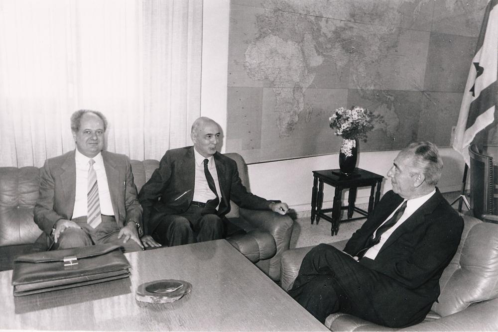 Prima del CIPMO. 1986, Israele. Incontro tra  Giorgio Napolitano, Shimon Peres e Janiki Cingoli